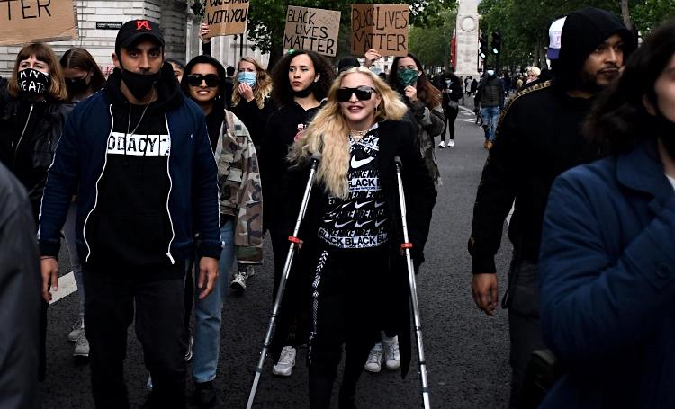Всем преградам вопреки: Мадонна посетила протесты в Лондоне на костылях
