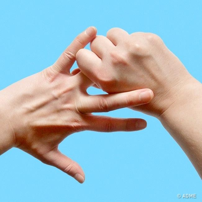 Удовлетворяет жену пальцем