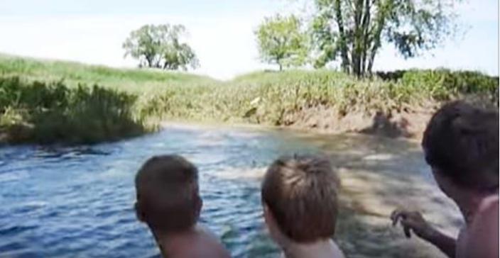 Дети с родителями плыли на л…