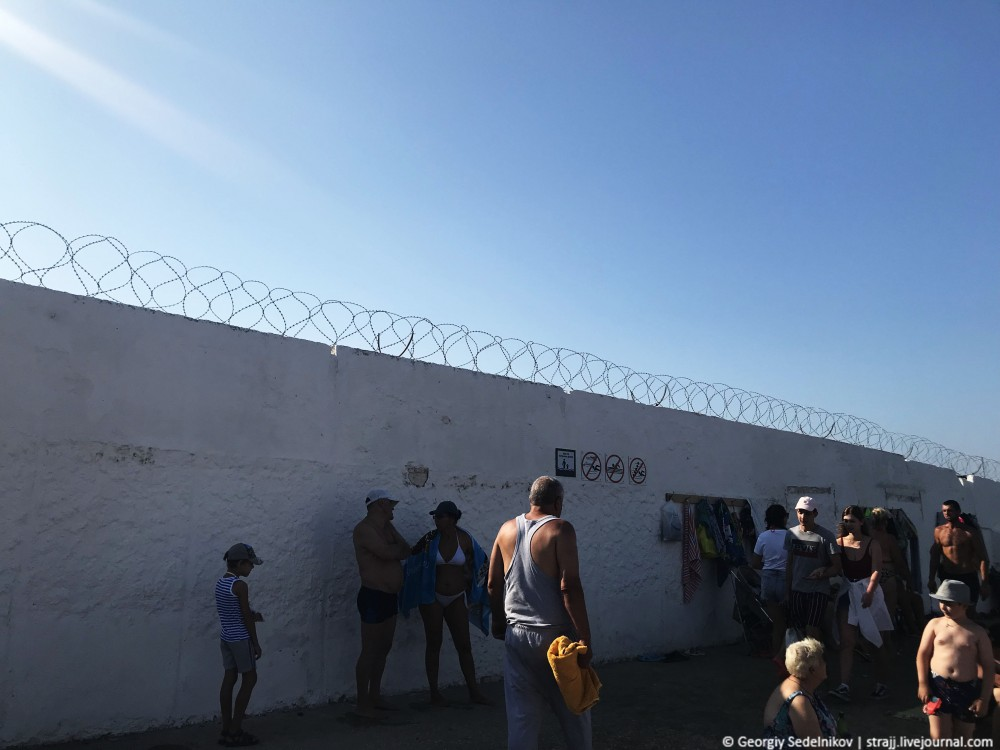 В Севастополе пляж обнесли колючкой, теперь как тюрьма!