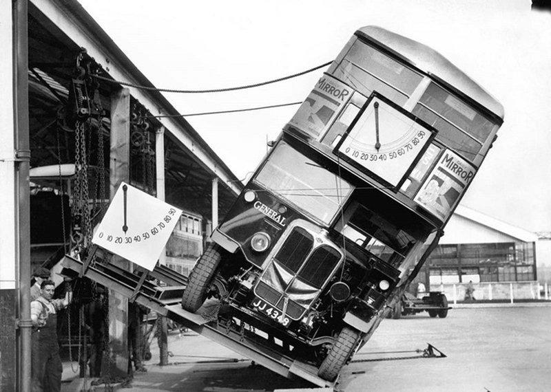 Тестирование системы наклона двухэтажного автобуса. Тест показал, что нет опасности опрокидывания. Лондон, 1933 год. история, классика, фото