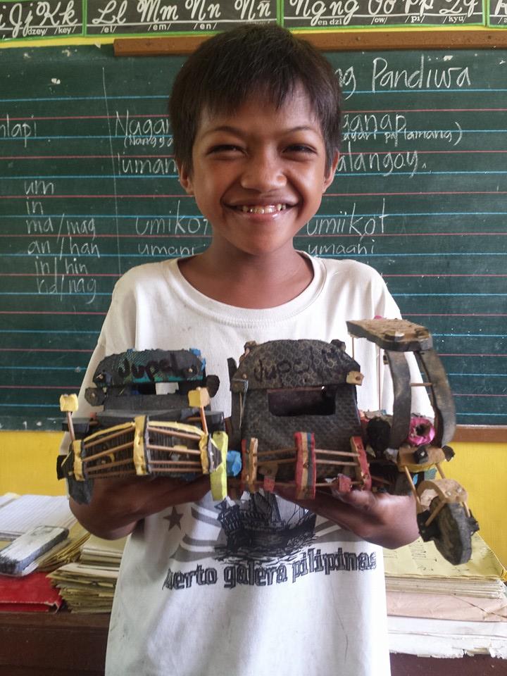 Мальчику не хватало денег на игрушки, и он научился их делать из старой обуви
