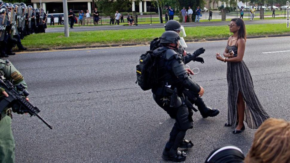 Ненасильственное сопротивление: фотография из Батон-Руж, о которой сейчас говорит весь интернет