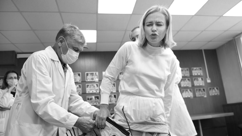 Юлия Пересильд и Клим Шипенко занимаются физкультурой на МКС Общество