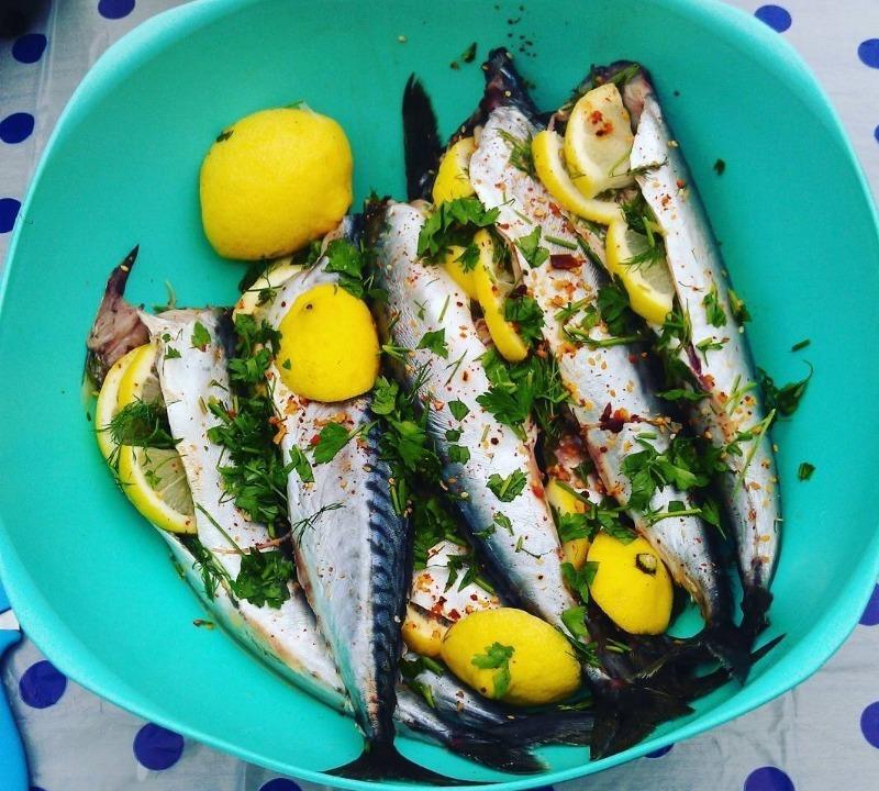 Невероятно мягкий и сочный шашлык из скумбрии: секрет в особом маринаде блюда для пикника,рыбные блюда