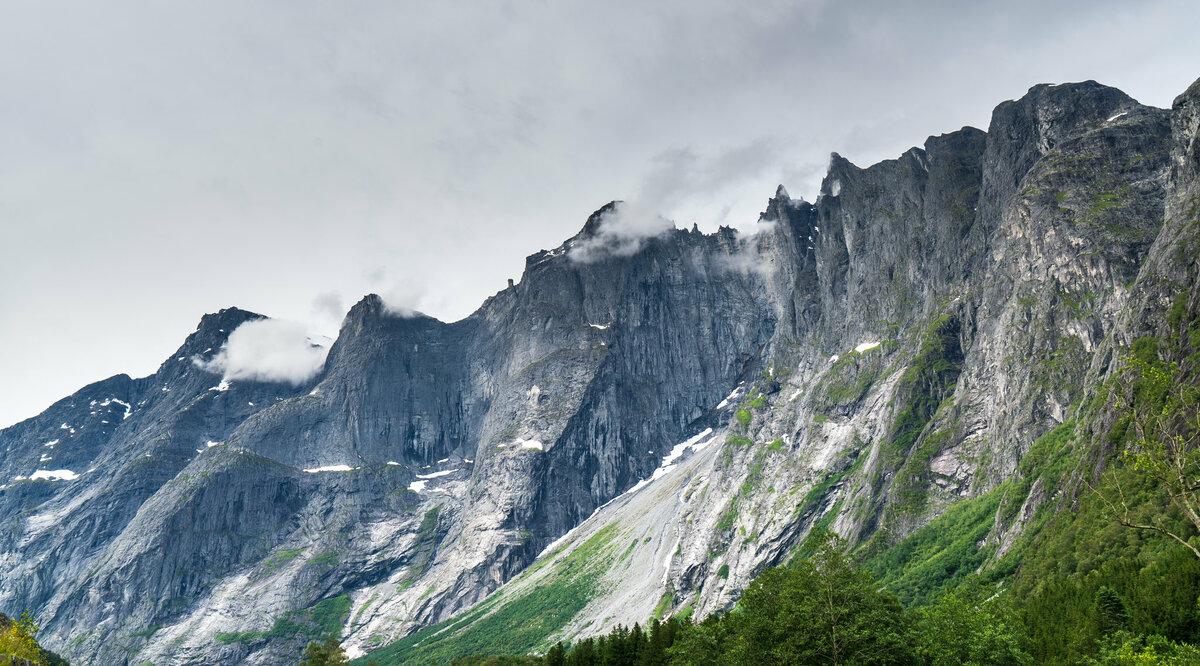 Стена Троллей в Норвегии. Испытание и опасный опыт – каменная стена, где на вершине торчат острые, как пики, зубья альпинизм,бейсджампинг,восхождение,норвегия,путешествия,стена троллей,экстрим