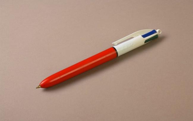 Сейчас дети просят новый Айфон, а когда-то вымаливали такую ручку...
