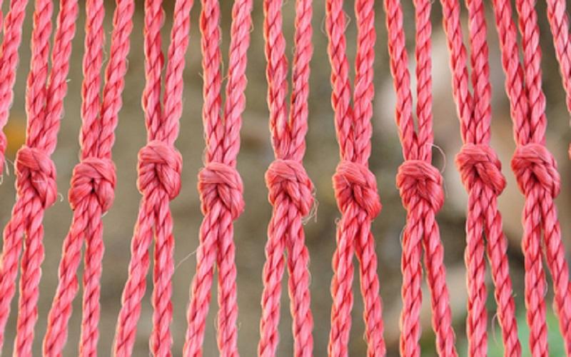 розовая нить на руке