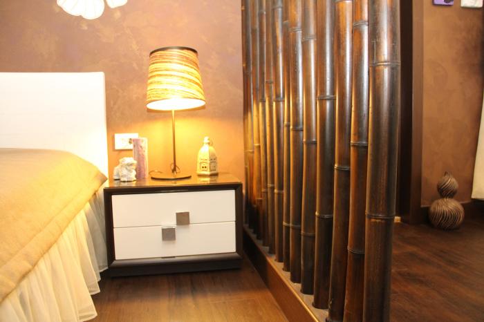 Бамбуковая перегородка особенно органично смотрится в тропическом интерьере помещения.