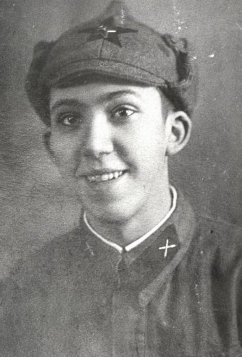 18-летний артиллерист Юрий Никулин во время финской войны.