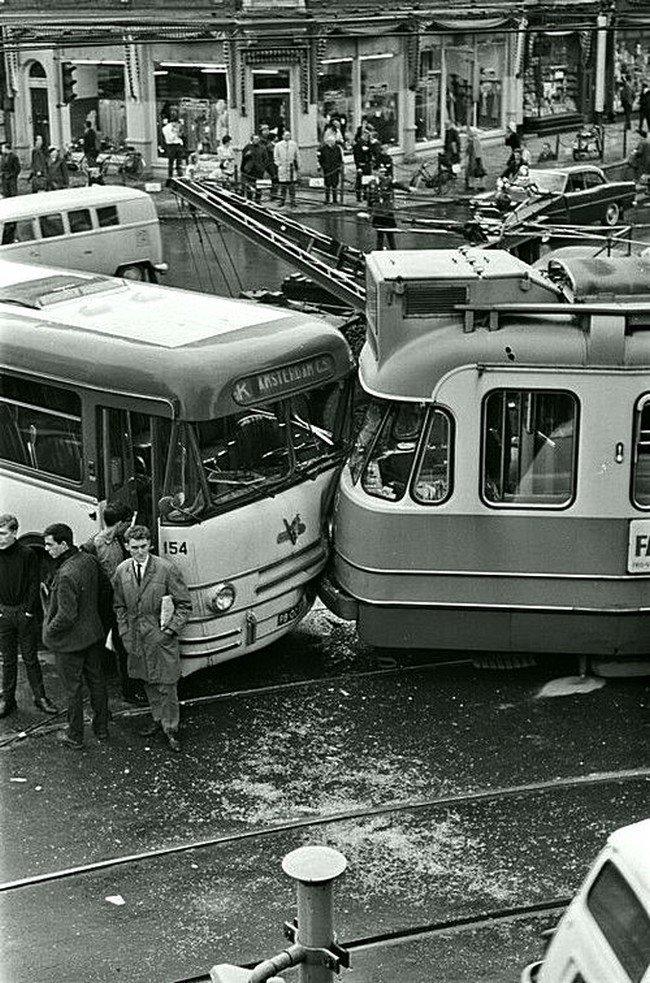 Авария с автобусом и трамваем, Амстердам 1965. Никто не хотел уступать... Весь Мир в объективе, ретро, старые фото