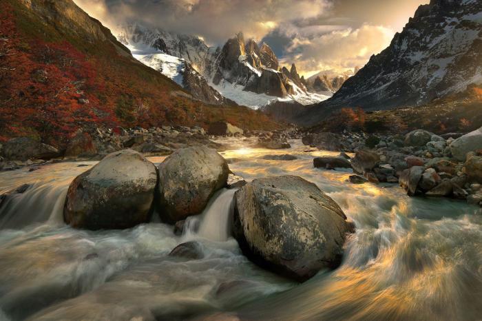 Вершина в Патагонии, Южная Америка, расположенная на границе Аргентины и Чили. Высота 3128 метра.