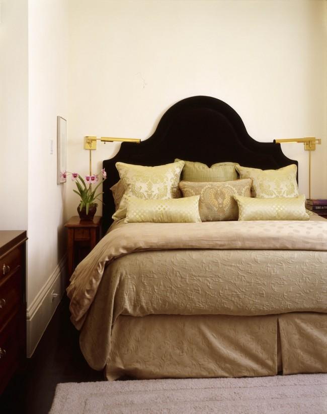 Темно-шоколадный цвет изголовья кровати будет отличным фоном для мягкого светло-зеленого или цвета подушек и покрывала