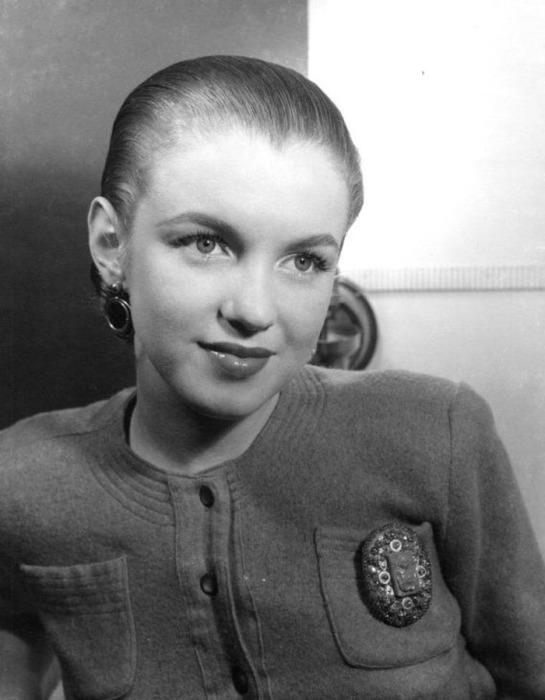 Редкая фотография Мэрилин Монро с зачёсанными назад волосами.