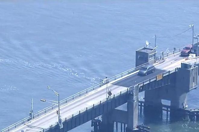 Мужик разогнался, когда мост уже разводили. Никто не ожидал, что он такое выкинет!