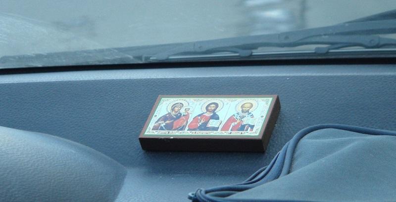 Вешать иконы в машине — это …