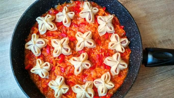 Манты на овощной подушке в сковороде: шикарное блюдо