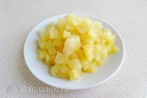 Салат из ананасов с сыром и чесноком: Порезать ананасы