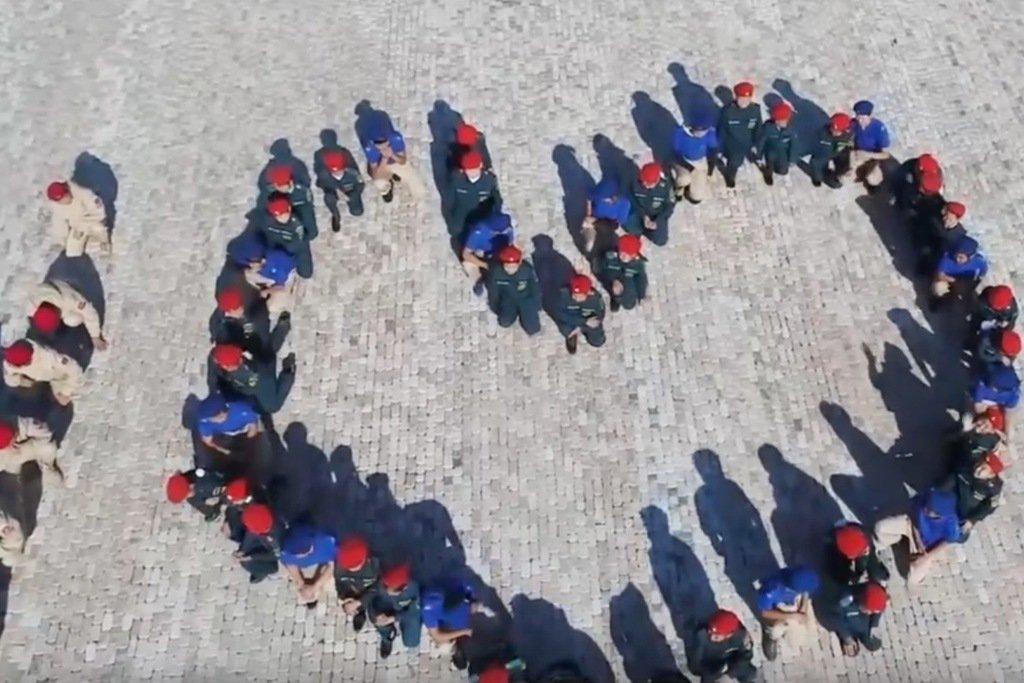 Картинки по запросу В Туве во время записи поздравления президента РФ Владимира Путина с днем рождения, дети из «Юнармии» выстроились в форме сердца и встали на колени.