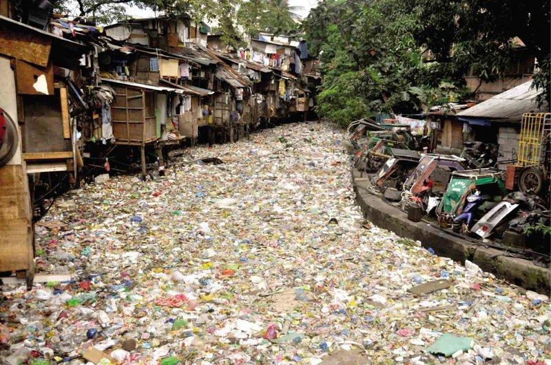 А вот и местные трущобы и знаменитая река Пасиг, называемая мертвой из-за количества мусора, собравшегося в ее водах грязь, изнанка, курорты, нищета, путешествия, трущобы