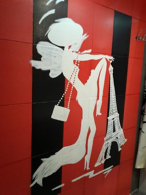 Рукотворное панно с француженкой-стрекозой в ванной комнате