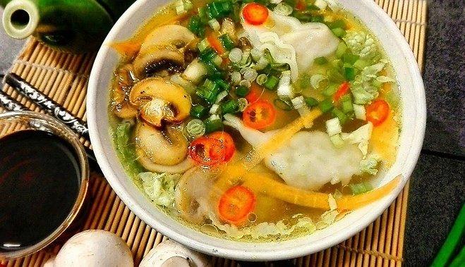 Быстрый суп с пельменями, грибами и зеленым луком по-китайски
