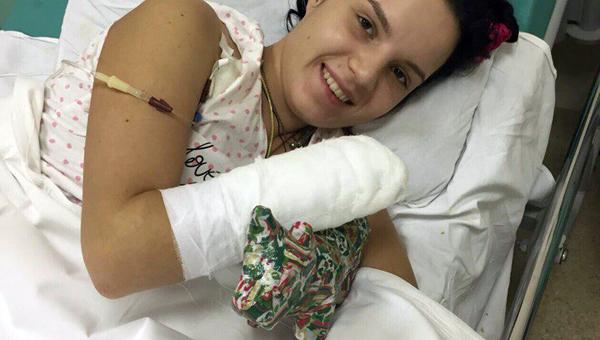Девушка, которой муж отрубил руку из-за ревности, снялась в эротической фотосессии
