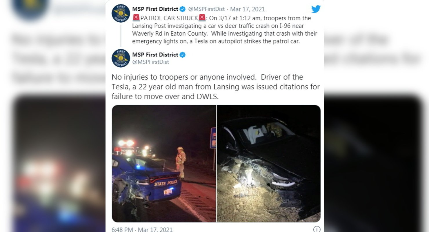 Tesla снова врезалась в полицейский автомобиль Автомобили