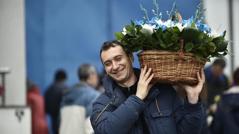 Москвичи выстроились в очередь за цветами у входа на Рижский рынок