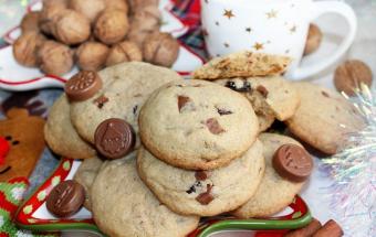 Печенье с шоколадом, орехами и изюмом