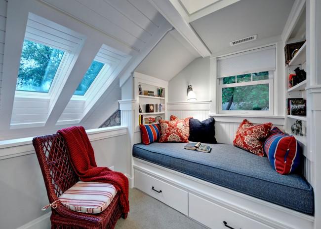В интерьере маленькой спальни лучше всего использовать шторы и текстиль без крупных рисунков или же вообще отказаться от занавесок