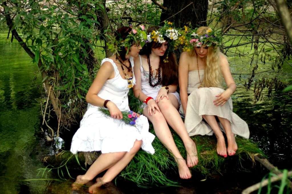 Три девушки у реки видео — 5