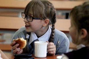 Плов, тефтели и холодный чай. Чем кормят детей в российских школах?