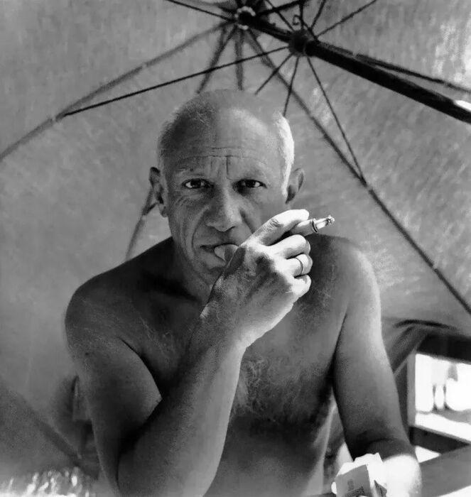 Пикассо на пляже, Гольф-Жуан, 1948 год. \ Фото: pttnews.cc.