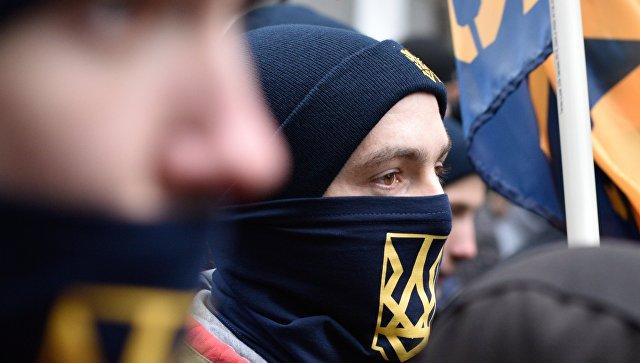 Сборище недоумков: Украинские националисты жгут шины у российского консульства во Львове