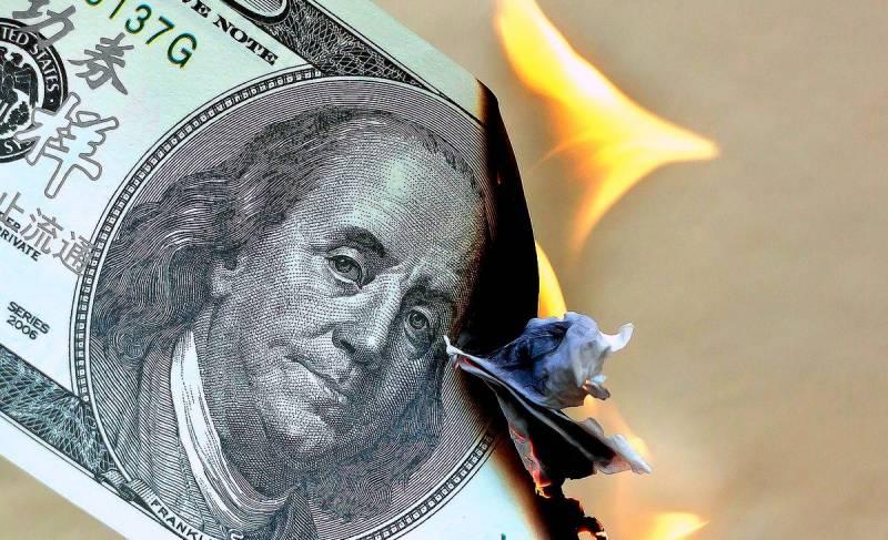 СМИ США о падении американской валюты: Доллар «попал в тиски»