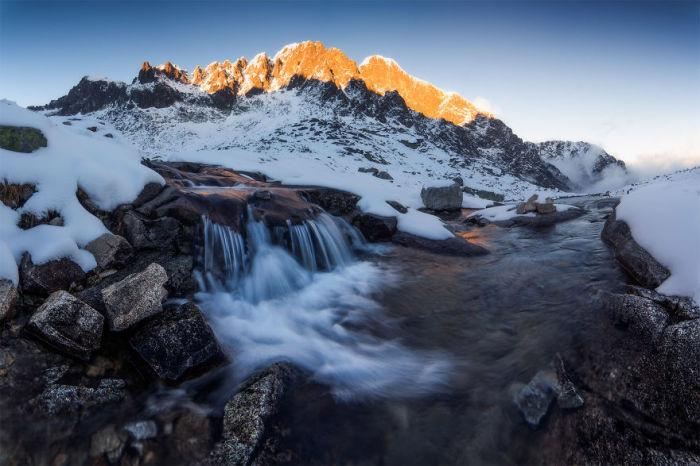 Потоки воды быстро спускаются с гор, выбирая сами себе дорогу.