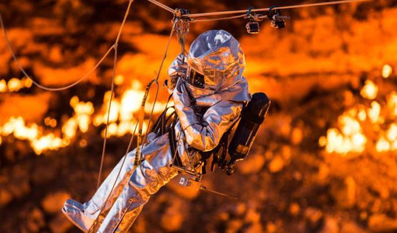 Экспедиция Корониса В ноябре 2013 года исследовать одно из самых необычных мест на планете решил известный путешественник Джордж Коронис. Он организовал экспедицию, финансируемую National Geographic. Цель была, ни много ни мало, спуститься на дно раскаленного, горящего кратера и взять пробы грунта. Подготовка к поездке заняла у Корониса целых полтора года, а снаряжение изготавливали из кевлара на военных заводах. Затем отважный путешественник, несмотря на протесты многочисленных родственников, отправился в свое персональное турне по туркменскому аду.