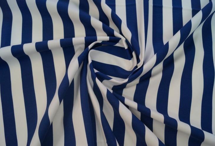 Окрашеный в сине-белую полосу хлопок - отличный материал для пошива летних женских брюк