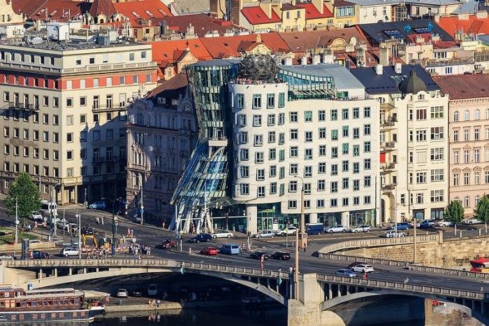 Танцующий дом. Новая и совсем не типичная достопримечательность Праги. /Фото:travel4us.ru