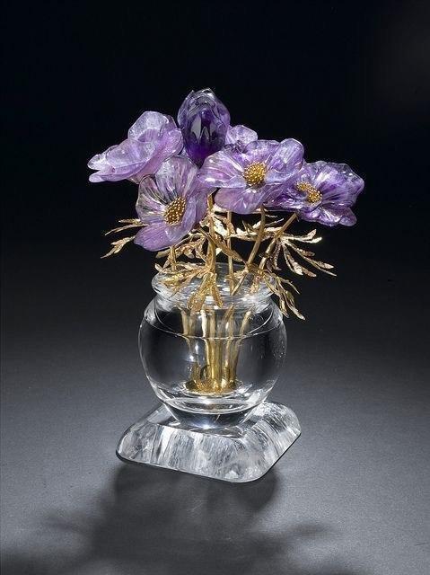 Цветы, вырезанные из минералов.