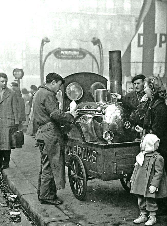 Продавец жаренных каштанов в Париже. 1950 год Весь Мир в объективе, ретро, старые фото