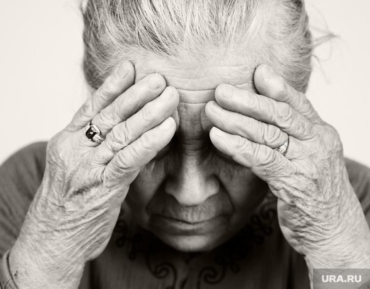 Почему миллионы стариков оказываются запертыми в квартирах
