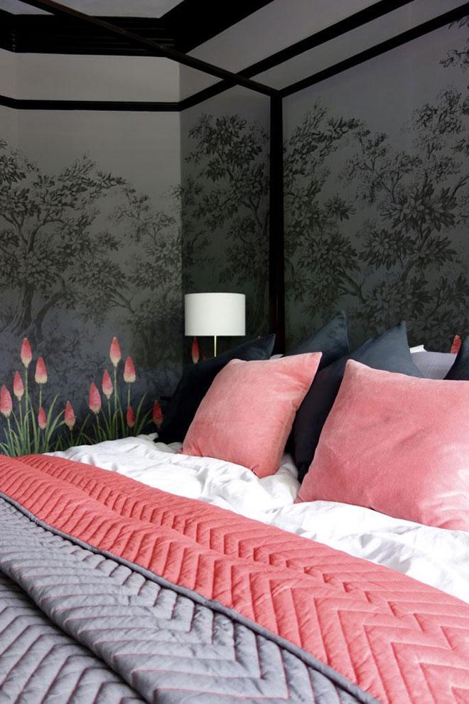 Как в сказке: волшебная спальня со смелыми цветочными обоями