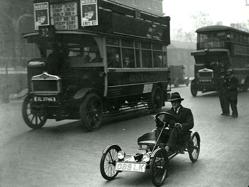 2-х местный электромобиль на улице Лондона. 1929 год Весь Мир в объективе, ретро, старые фото