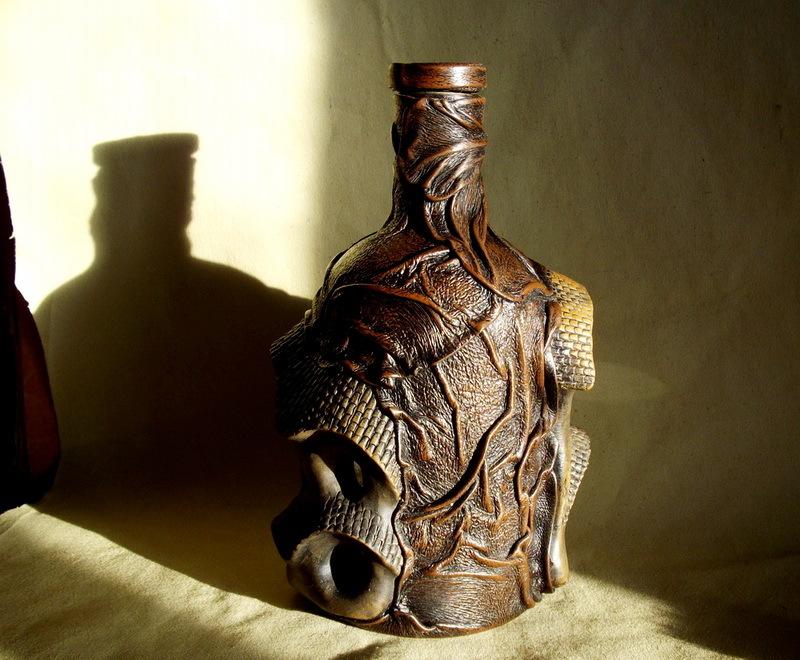 Декорируем бутылку с помощью кожи и керамики