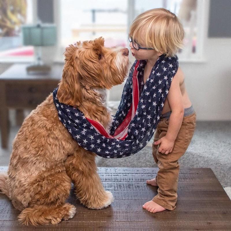 Очаровательная пара из приемных ребенка и его собаки