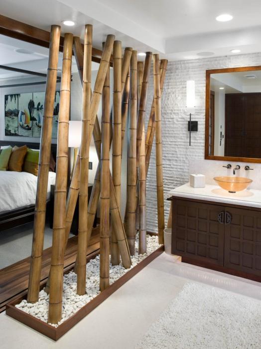 Массивная бамбуковая перегородка, разделяющая общее пространство помещения на функциональные зоны.