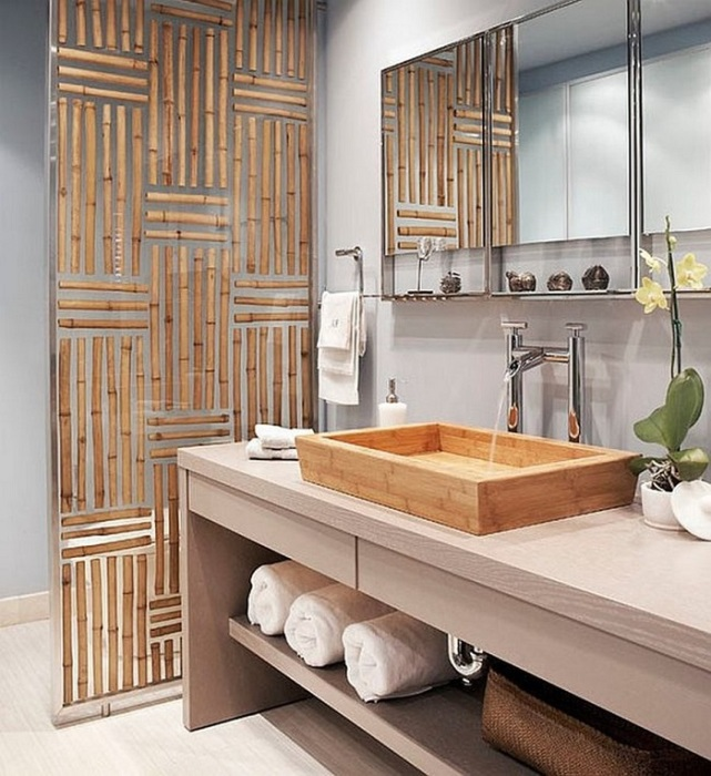 Перегородка из сверхпрочного стекла и бамбуковых палочек в ванной комнате.