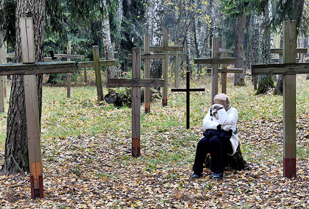 Женщина в урочище Куропаты, где похоронены жертвы сталинских репрессий